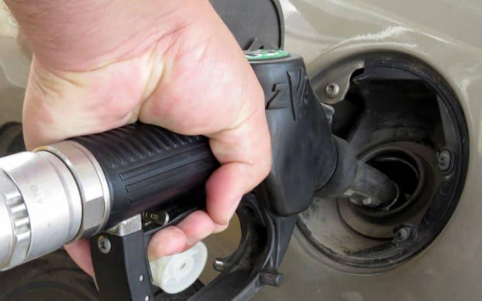 Foto de pessoa abastecendo o carro para ilustrar texto sobre como calcular combustível.
