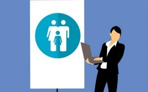 Ilustração de executiva com computador para texto que aborda o tema: A empresa é obrigada a fornecer plano de saúde aos funcionários?