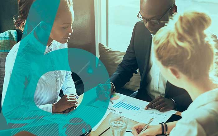 Imagem de pessoas em reunião de trabalho para ilustrar texto sobre seguro de performance