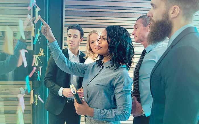 Imagem de pessoas em uma empresa para ilustrar texto que fala se empresa pode cancelar plano de saúde