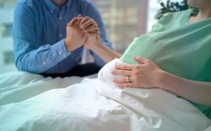 Foto de grávida em hospital para ilustrar texto sobre quanto custa um parto