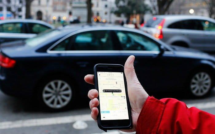Imagem de carro e aplicativo para ilustrar texto sobre carro bom para uber