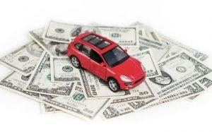 Desenho de carro e dinheiro para ilustrar texto sobre valor de mercado referenciado.