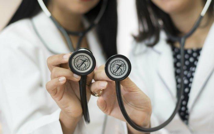 Imagem de médicas com estetoscópio para texto sobre especialidades do Cartão de Todos.