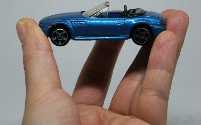 Imagem de carro miniatura na mão de uma pessoa para ilustrar texto sobre seguro temporário