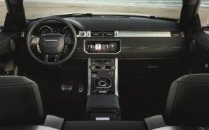 Imagem da parte interna de um carro para ilustrar texto sobre carros com bom acabamento interno.
