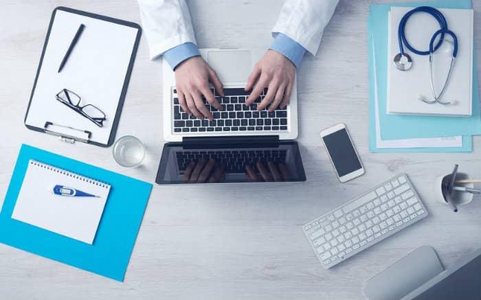 Imagem de médico, computador e equipamentos para ilustrar texto sobre Unimed Empresarial