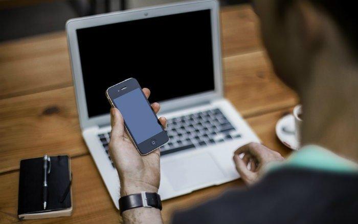 Foto de pessoa no computador para ilustrar texto sobre reembolso Unimed