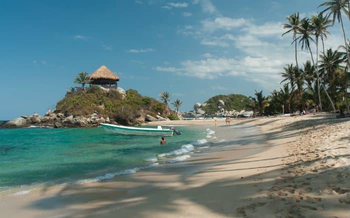 Imagem de praia para ilustrar texto sobre caribe colombiano