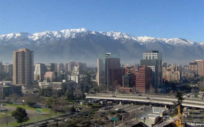 Imagem mostrando um panorama da cidade de Santiago, com destaque para a linha de trem.