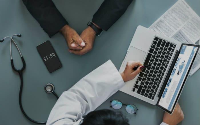 Imagem de médico e paciente para ilustrar texto sobre rede credenciada Ameplan.