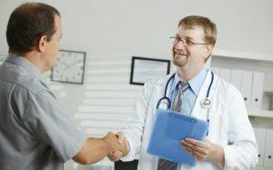 Imagem de médico e paciente para ilustrar texto sobre plano de saúde bradesco individual