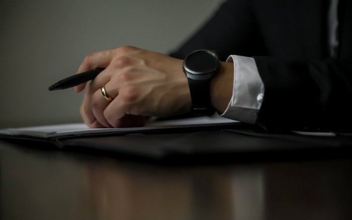 Imagem de pessoa assinando contrato para ilustrar texto sobre seguro garantia flexível