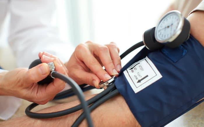 Imagem de pessoa medindo pressão para ilustrar texto sobre hospitais next saúde