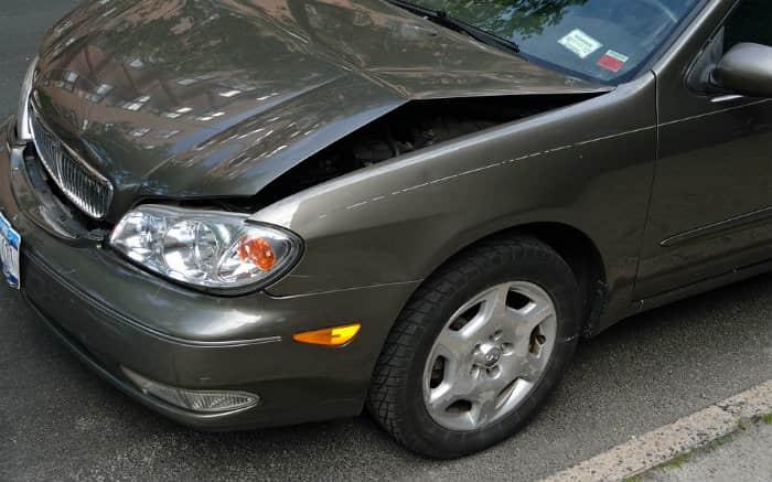 imagem de carro batido para ilustrar texto que fala se franquia reduzida vale a pena ou não