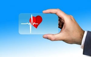 Imagem ilustrativa de pessoa segurando um coração para texto sobre tabela de reembolso