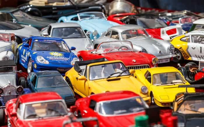 Imagem de carros de brinquedo colocridos para ilustrar texto sobre envelopamento de carros.