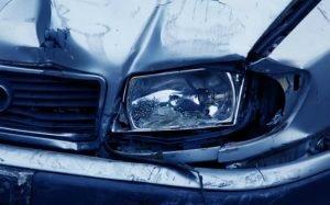Imagem de carro batido para ilustrar texto sobre dano parcial.