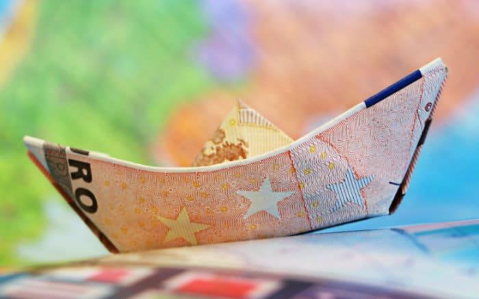 Ilustração de barquinho de dinheiro para texto sobre destinos internacionais baratos