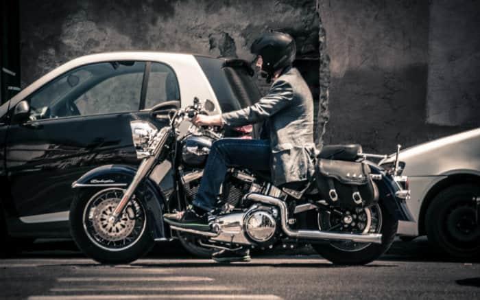 Imagem de moto e carro para ilustrar texto sobre categoria de CNH