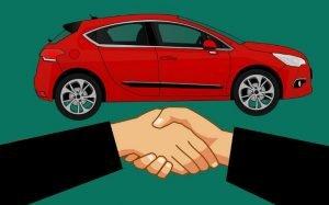 imagem de carro e pessoas dando a mão para ilustrar texto sobre associação de benefícios mútuos