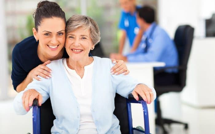 Imagem de pessoa idosa com acompanhante em clínica médica para ilustrar texton sobre plano de saúde para idoso