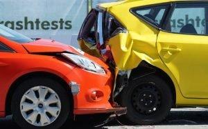 Imagem de carros batidos para ilustrar texto que fala se histórico de acidente muda o valor do seguro auto