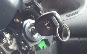 Imagem de chave de carro no contato para texto sobre bobina de ignição