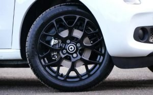 Imagem de roda de carro para ilustrar texto sobre amortecedor recondicionado.