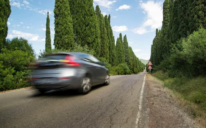 imagem de carro na estrada para ilustrar texto sobre bate e volta de São Paulo