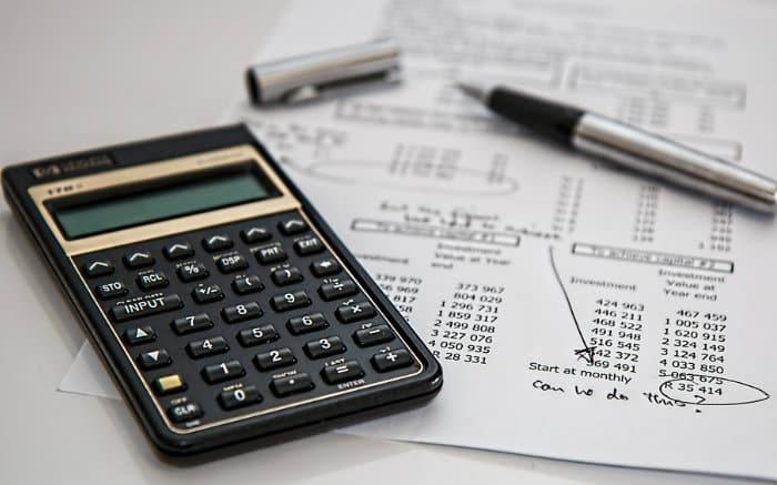 Foto de calculadora para ilustrar texto que fala se vale a pena ou não pagar empréstimo empresarial com antecedência