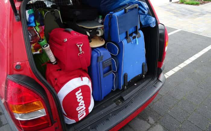 Imagem de carro com malas no porta-malas para texto sobre carros baratos com porta-malas grande