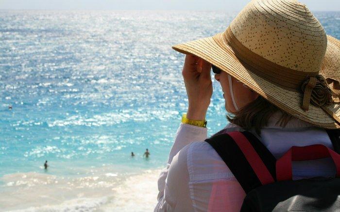 Imagem de pessoa viajando na praia para ilustrar texto sobre formas de hospedagem