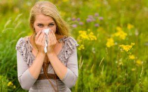 Imagem de mulher assoando o nariz para ilustrar texto sobre doenças respiratórias do outono.