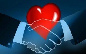 Imagem ilustrativa de coração e maõs apertando para ilustrar texto sobre o que é healthcare