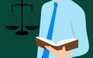 Imagem de balança representando a justiça e um advogado para texto sobre plano de saúde para advogado