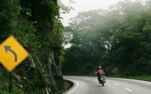 Imagem de moto na estrada para ilustrar texto sobre bate e volta de moto