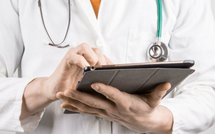 Imagem de médica para ilustrar texto sobre plano de saúde para lojistas e plano de saúde com hospital próprio