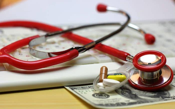 Imagem de equipamento médico e dinheiro para ilustrar texto sobre reajuste no plano de saúde empresarial