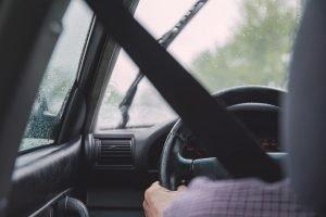 Pessoa dirigindo