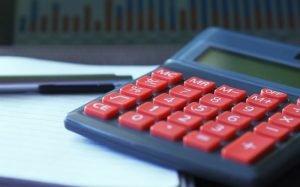 imagem de calculadora para ilustrar texto sobre custo particular e custo do convênio