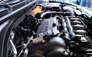 Imagem de motor do carro para ilustrar texto sobre limpeza de bico injetor