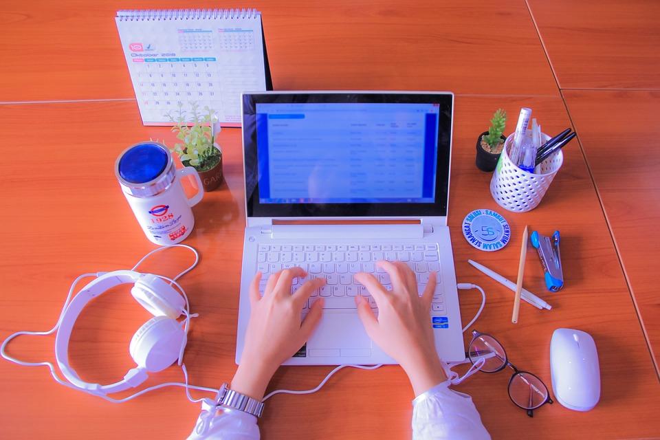 Imagem de pessoa trabalhando no computador para ilustrar texto sobre plano de saúde para profissionais de TI