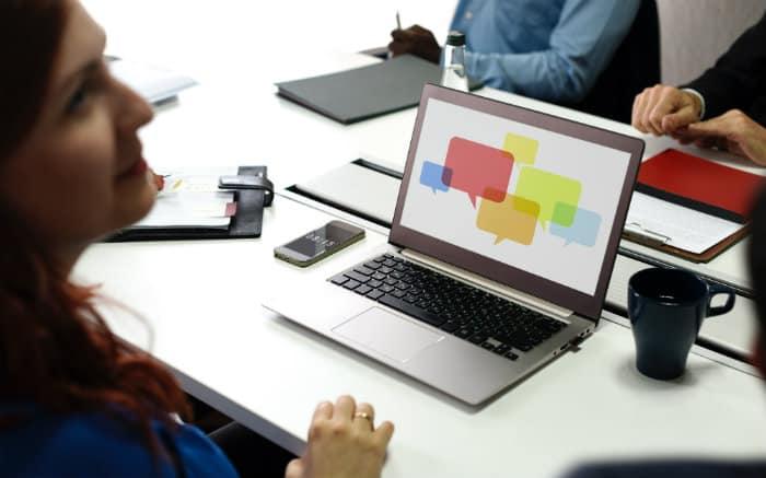 imagem de pessoa trabalhando no computador para texto sobre plano de saúde para profissionais de marketing