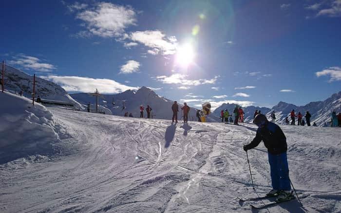 imagem de pessoas esquiando para texto sobre onde esquiar na América do Sul