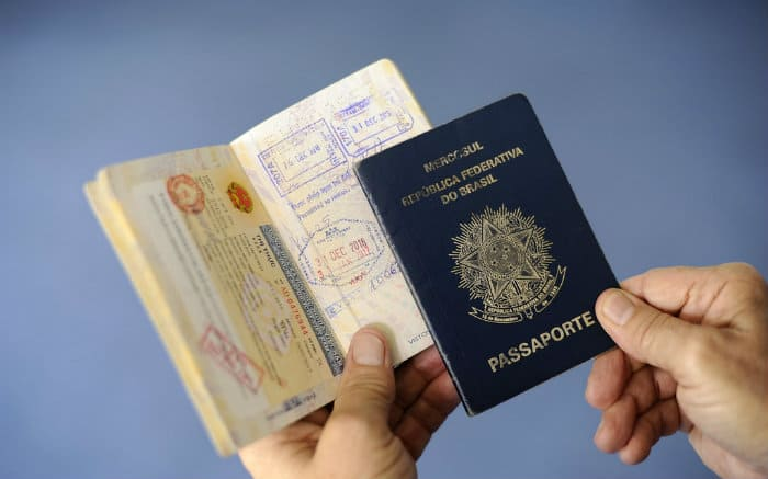 Imagem de passaportes para texto sobre dupla cidadania