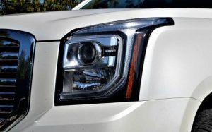 Imagem da frente de um carro para ilustrar texto sobre o que é um utilitário
