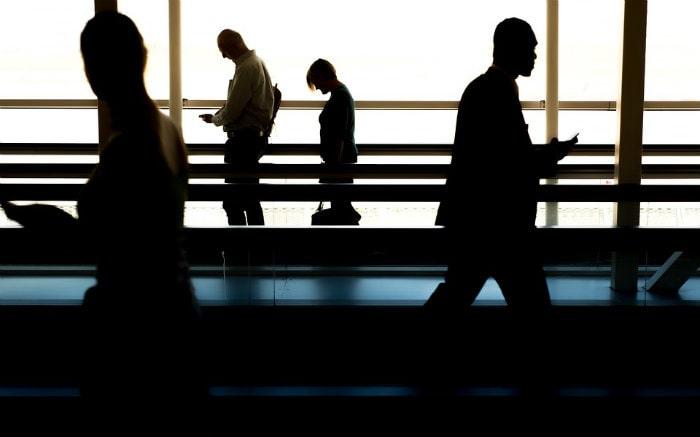 Imagem de pessoas em aeroporto para texto sobre visto de trabalho