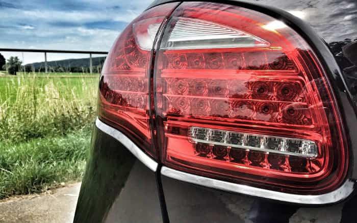 Imagem de farol de carro para ilustrar texto sobre os lançamentos SUV 2019