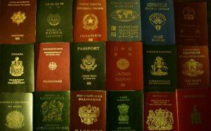 Imagem de passaportes de diferentes países para texto sobre visto para estrangeiros no Brasil